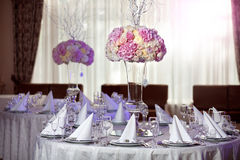 Mooie bloemen op lijst in huwelijksdag De achtergrond van de luxevakantie Royalty-vrije Stock Foto's