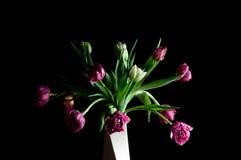Mooie bloemen in rustige vaaskunst royalty-vrije stock afbeeldingen
