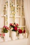 Mooie bloemen in vaas met licht van venster Stock Foto's