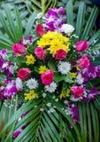 Mooie bloemenachtergrond voor huwelijksscène Mooi boeket van gemengde bloemen in een vaas op houten lijst stock foto's