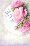 Mooie bloemenkaart met liefde voor u Zachte wilde roze rozen met giftdoos Stock Afbeelding