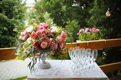 Mooie bloemenregeling van roze en witte pioenen, rozen Stock Fotografie