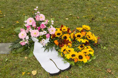 Mooie bloemenregelingen op een begrafenis stock foto