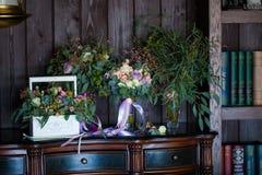 Mooie bloemensamenstelling op camodeboeketten Royalty-vrije Stock Afbeeldingen