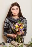 Mooie bloemist die boeket van de lentebloemen maken Royalty-vrije Stock Foto