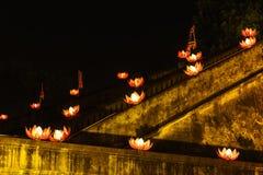 Mooie bloemslingers en gekleurde lantaarns bij de oude architecturale bouw stock afbeelding