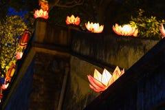 Mooie bloemslingers en gekleurde lantaarns bij de oude architecturale bouw royalty-vrije stock fotografie