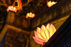 Mooie bloemslingers en gekleurde lantaarns bij de oude architecturale bouw stock afbeeldingen