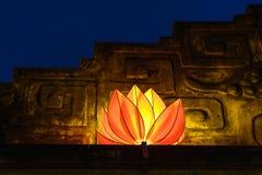 Mooie bloemslingers en gekleurde lantaarns bij de oude architecturale bouw royalty-vrije stock foto's
