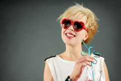 Mooie blond met rode zonnebril Stock Foto's