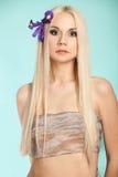 Mooie blond op de blauwe achtergrond Royalty-vrije Stock Foto's