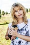 Mooie blonde blauwe ogen met Peruviaans proefkonijndier royalty-vrije stock afbeelding