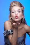 Mooie blonde blazende kus Stock Afbeeldingen