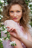Mooie blonde in bloeiende tuin Royalty-vrije Stock Foto's