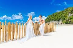 Mooie blonde bruid in witte huwelijkskleding met groot lang wit Stock Foto
