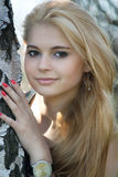 Mooie blonde dichtbij de berk Stock Foto