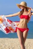 Mooie blonde in een rode bikini bij de oceaan Royalty-vrije Stock Afbeeldingen