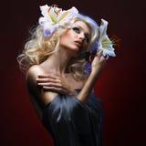 Mooie blonde en tropische vlinder Royalty-vrije Stock Afbeeldingen