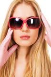 Mooie blonde in grote zonnebril Stock Foto