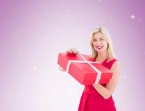 Mooie blonde het openen gift Royalty-vrije Stock Afbeeldingen