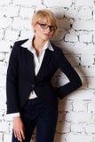 Mooie blonde jonge onderneemster stock afbeeldingen