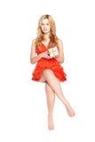 Mooie blonde jonge vrouw met giftdoos. Stock Afbeelding