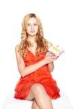 Mooie blonde jonge vrouw met giftdoos. Stock Foto