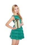 Mooie blonde jonge vrouw met giftdoos. Royalty-vrije Stock Foto's