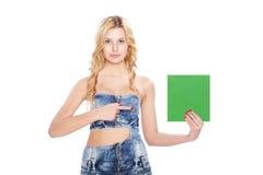 Mooie blonde jonge vrouw met lege banner. Stock Fotografie