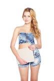 Mooie blonde jonge vrouw met lege banner. Stock Afbeeldingen