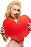 Mooie blonde met groot rood hart Stock Afbeelding