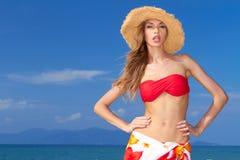 Mooie blonde met houding in een bikini Royalty-vrije Stock Afbeeldingen