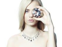 Mooie blonde met juwelen Stock Foto