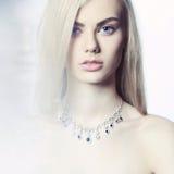 Mooie blonde met juwelen Stock Afbeelding