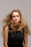 Mooie blonde met krullend Royalty-vrije Stock Afbeeldingen