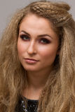 Mooie blonde met krullend Stock Afbeelding