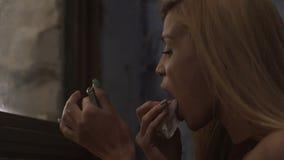 Mooie blonde model het verwijderen lippenstift met servet, het verfrissen zich make-up bij partij stock videobeelden