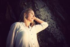 Mooie blonde rijpe vrouw Stock Fotografie