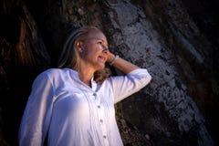 Mooie blonde rijpe vrouw Stock Foto's