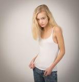 Mooie Blonde Tiener in Witte Bovenkant en Jeans Stock Foto's