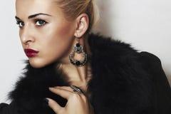 Mooie blonde vrouw in bont. Juwelen en Beauty.red-lippen Stock Afbeeldingen