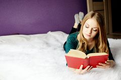 Mooie blonde vrouw die een boek lezen Stock Foto