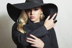 Mooie Blonde Vrouw in Hat.Lady in Bovenlaag Stock Afbeeldingen