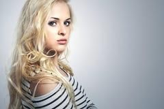 Mooie blonde vrouw in kleding Krullend Schoonheidsmeisje Uw Tekst hier Royalty-vrije Stock Foto's