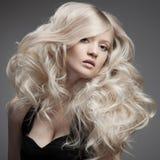 Mooie Blonde Vrouw. Krullend Lang Haar Stock Foto's