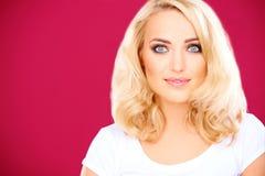 Mooie blonde vrouw met een zachte glimlach Royalty-vrije Stock Fotografie