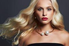 Mooie blonde vrouw met elegant kapsel Perfecte Make-up Blondemeisje met Juwelen stock afbeelding