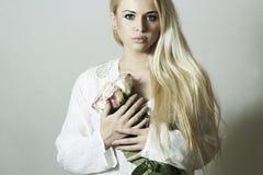 Mooie Blonde Vrouw met Flowers.girl en rozen Stock Afbeeldingen