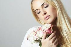Mooie Blonde Vrouw met Flowers.Whiteroses Stock Foto