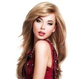 Mooie blonde vrouw met lang kapsel stock foto's